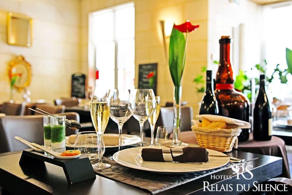 Table Salle Restaurant Le Xii de Luynes, proche Tours, Chateaux en Touraine, Loire Valley, France