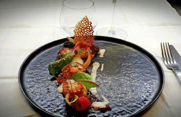 Noix de Saint Jacques Poelees, pulpe betterave framboise, restaurant Le XII-Douze de Luynes pres de Tours, Val de Loire